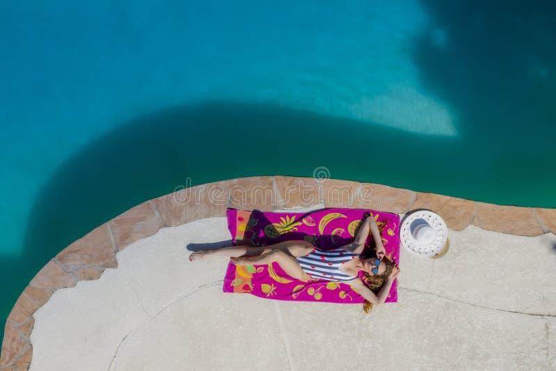 Ένα καλό πρότυπο μαγιό Brunette απολαμβάνει τις διακοπές της στη λίμνη στοκ εικόνες