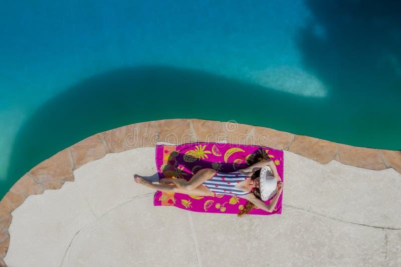 Ένα καλό πρότυπο μαγιό Brunette απολαμβάνει τις διακοπές της στη λίμνη στοκ φωτογραφία με δικαίωμα ελεύθερης χρήσης