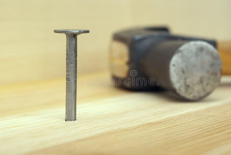 Ένα καρφί και σφυρί σιδήρου στοκ φωτογραφία με δικαίωμα ελεύθερης χρήσης
