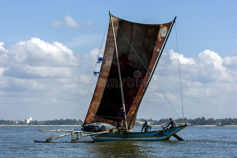 Ένα καταμαράν με τα γιγαντιαία πανιά κάθεται από την ακτή Negombo στη δυτική ακτή της Σρι Λάνκα στοκ φωτογραφία με δικαίωμα ελεύθερης χρήσης