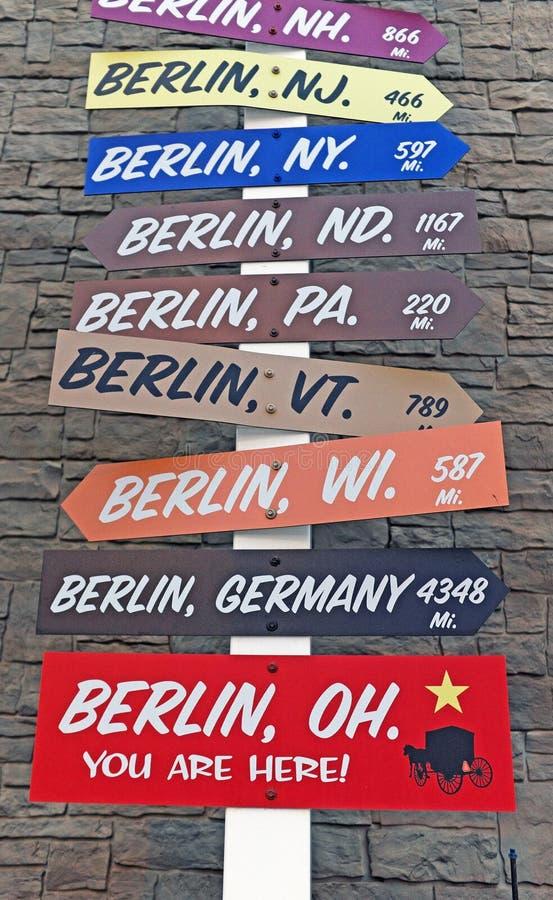 Ένα κατευθυντικό σημάδι που δείχνει τις πόλεις σε όλο τον κόσμο ονόμασε το Βερολίνο στοκ εικόνες