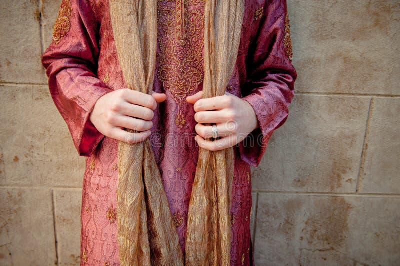 Ένα καυκάσιο άτομο στην ινδική ενδυμασία κρατά το σάλι μαντίλι του kameez salwar στοκ φωτογραφία με δικαίωμα ελεύθερης χρήσης
