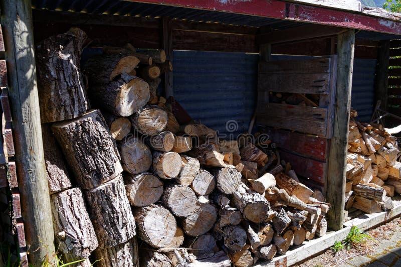 Ένα καυσόξυλο που ρίχνεται με το ξύλο των διαφορετικών μορφών και των μεγεθών στοκ εικόνες