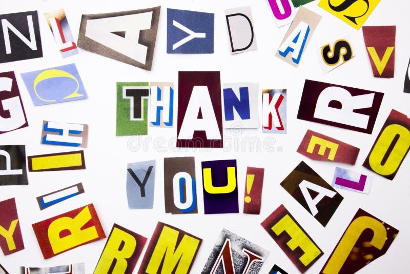 Ένα κείμενο γραψίματος λέξης που παρουσιάζει στην έννοια Thank σας, ευχαριστία φιαγμένη από διαφορετική επιστολή εφημερίδων περιο στοκ φωτογραφία