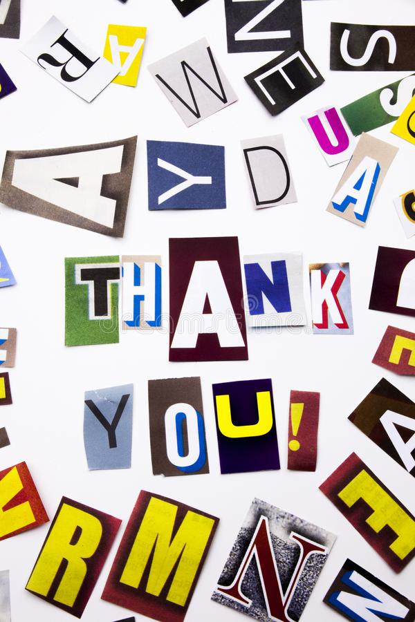 Ένα κείμενο γραψίματος λέξης που παρουσιάζει στην έννοια Thank σας, ευχαριστία φιαγμένη από διαφορετική επιστολή εφημερίδων περιο στοκ εικόνες