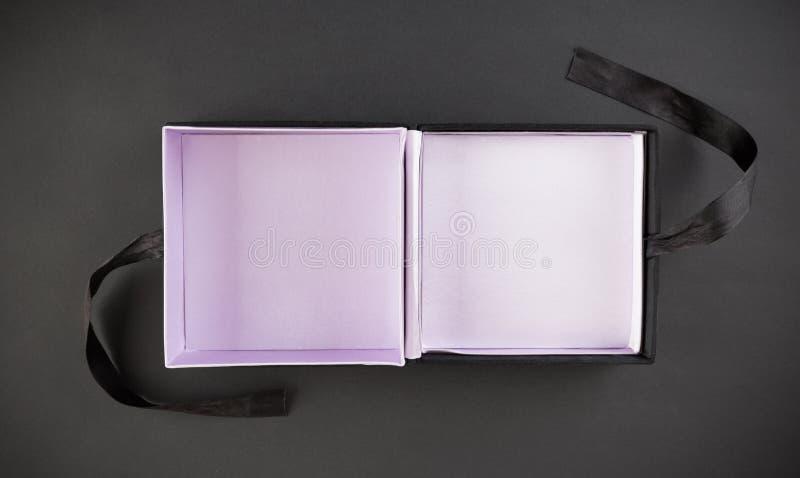 Ένα κενό κιβώτιο δώρων στο Μαύρο στοκ εικόνες