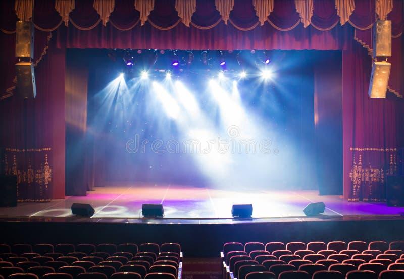 Ένα κενό στάδιο του θεάτρου, αναμμένο από τα επίκεντρα και τον καπνό στοκ φωτογραφία με δικαίωμα ελεύθερης χρήσης