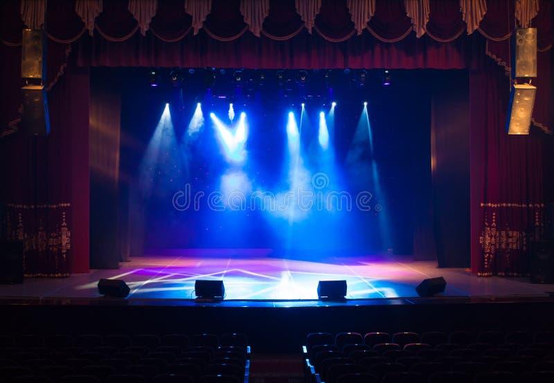 Ένα κενό στάδιο του θεάτρου, αναμμένο από τα επίκεντρα και τον καπνό στοκ εικόνες με δικαίωμα ελεύθερης χρήσης