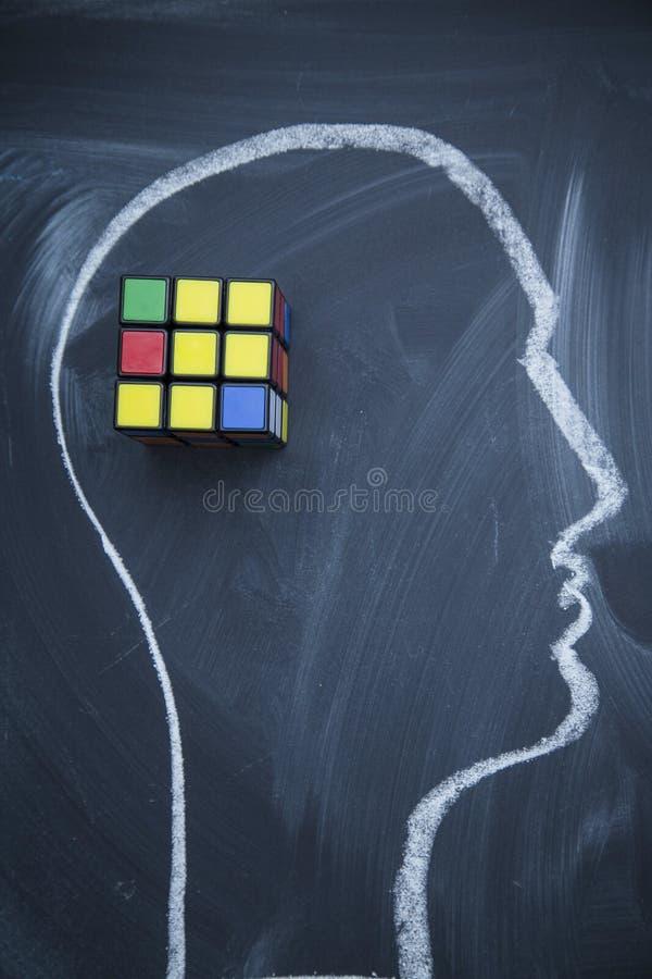 Ένα κεφάλι που επισύρεται την προσοχή σε έναν πίνακα και τον κύβο ενός Rubik στοκ εικόνες με δικαίωμα ελεύθερης χρήσης