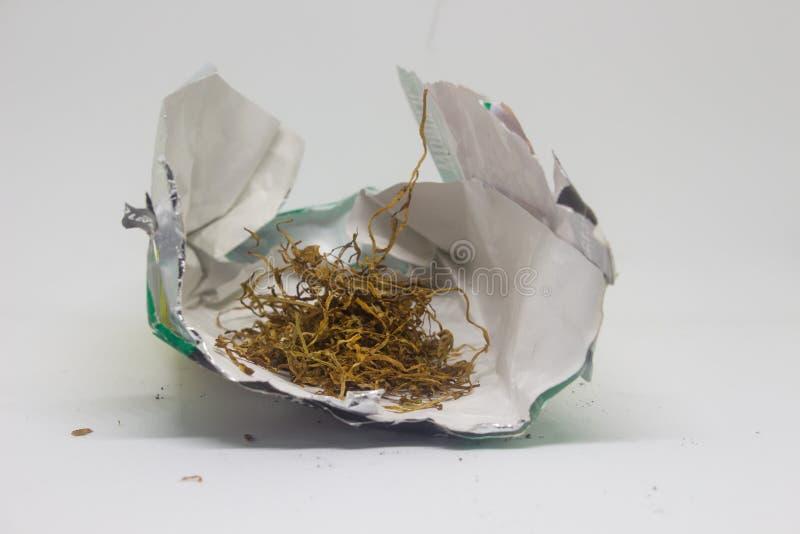 Ένα κιβώτιο τσιγάρων με τα φύλλα καπνών που απομονώνονται στο άσπρο υπόβαθρο στοκ φωτογραφίες με δικαίωμα ελεύθερης χρήσης