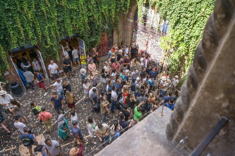 Ένα κολάζ των φωτογραφιών ενός αγάλματος χαλκού της Juliet και της ομάδας ανθρώπων γύρω από το Φωτογραφία από το μπαλκόνι 12 8 20 στοκ φωτογραφία με δικαίωμα ελεύθερης χρήσης