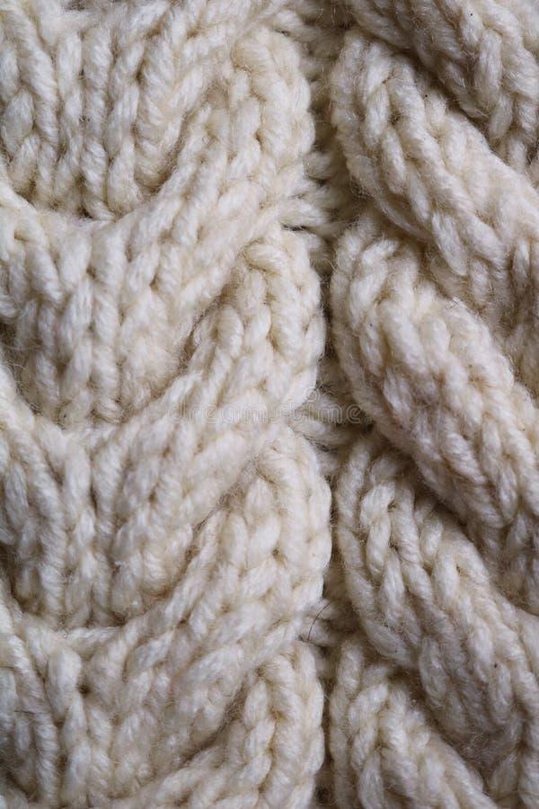 Ένα κομμάτι πλέκει από το μάλλινο νήμα στοκ εικόνα με δικαίωμα ελεύθερης χρήσης