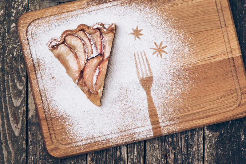 Ένα κομμάτι της τεμαχισμένης πίτας μήλων με την κανέλα στην εκλεκτής ποιότητας ξύλινη σύσταση υποβάθρου Τοπ όψη στοκ εικόνα με δικαίωμα ελεύθερης χρήσης