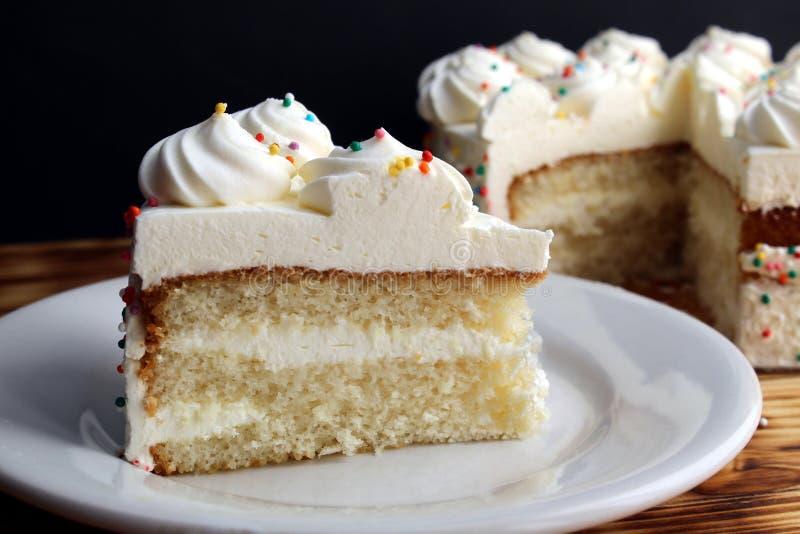 Ένα κομμάτι του κέικ με τα άσπρα γενέθλια κρέμας μικρός και μικρός στοκ εικόνες με δικαίωμα ελεύθερης χρήσης