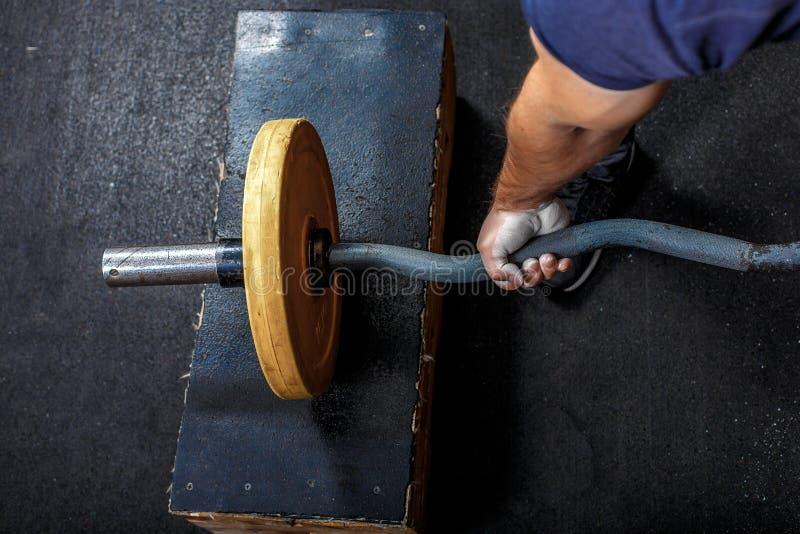 Ένα κομμάτι του χεριού του ανθρώπου, κρατώντας το γυμναστικό κουδούνι στοκ εικόνα με δικαίωμα ελεύθερης χρήσης
