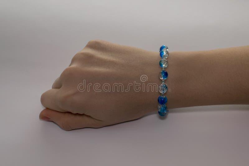 Ένα κομψό μπλε βραχιόλι σε ετοιμότητα γυναικών ` s στοκ φωτογραφία με δικαίωμα ελεύθερης χρήσης