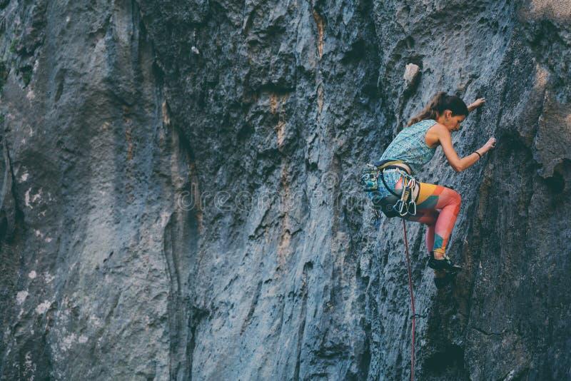 Ένα κορίτσι αναρριχείται σε έναν βράχο στοκ εικόνες με δικαίωμα ελεύθερης χρήσης
