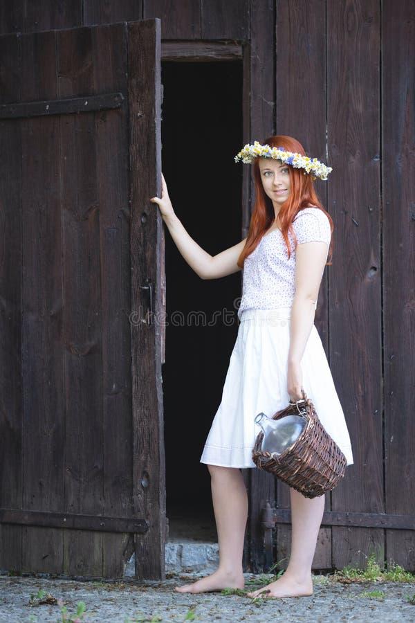 Ένα κορίτσι από το χωριό με ένα ψάθινο καλάθι στοκ φωτογραφία με δικαίωμα ελεύθερης χρήσης