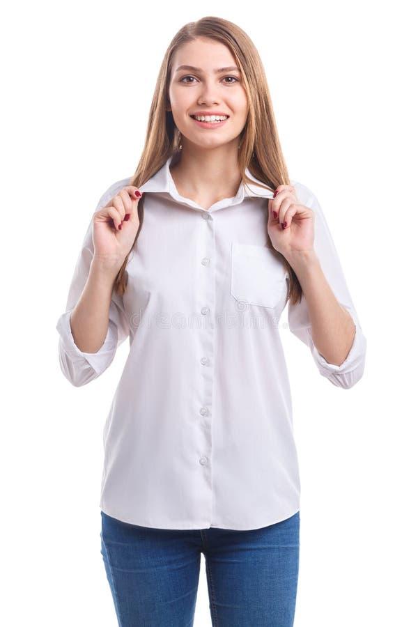 Ένα κορίτσι διατηρεί ένα περιλαίμιο και με τα δύο χέρια και κοιτάζει άμεσα σε ένα απομονωμένο λευκό υπόβαθρο στοκ φωτογραφίες με δικαίωμα ελεύθερης χρήσης