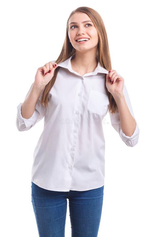 Ένα κορίτσι διατηρεί ένα περιλαίμιο και με τα δύο χέρια σε ένα απομονωμένο λευκό υπόβαθρο στοκ φωτογραφία με δικαίωμα ελεύθερης χρήσης