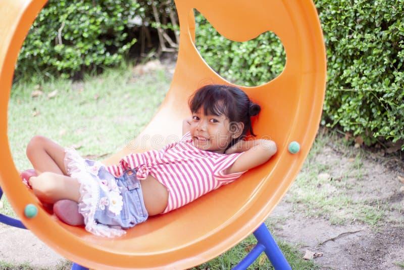 Ένα κορίτσι κάθεται ήρεμο στην παιδική χαρά στις διακοπές στοκ εικόνες