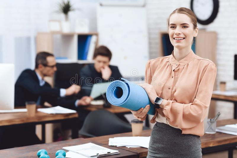 Ένα κορίτσι κάνει τις γυμναστικές ασκήσεις στην εργασία στοκ εικόνες