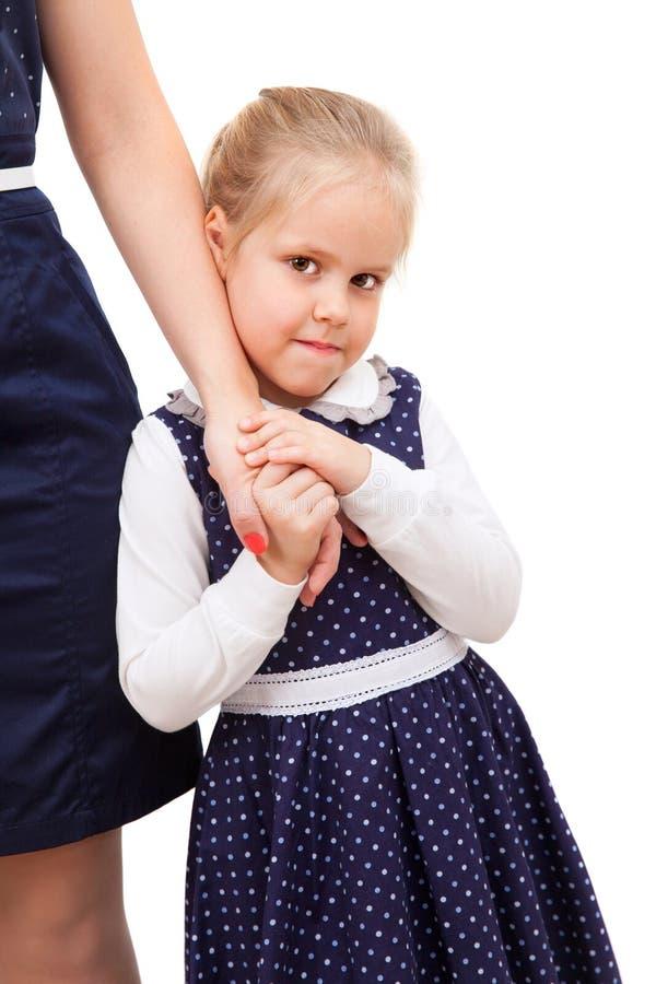 Ένα κορίτσι κρατά το χέρι της μητέρας του στοκ φωτογραφία με δικαίωμα ελεύθερης χρήσης