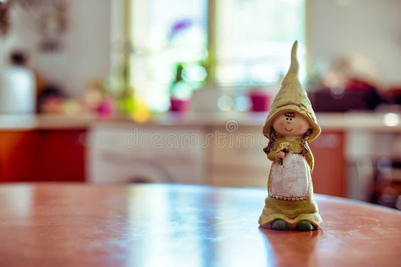 Ένα κορίτσι μασκότ σας λέει τη καλημέρα στην κουζίνα στοκ εικόνες