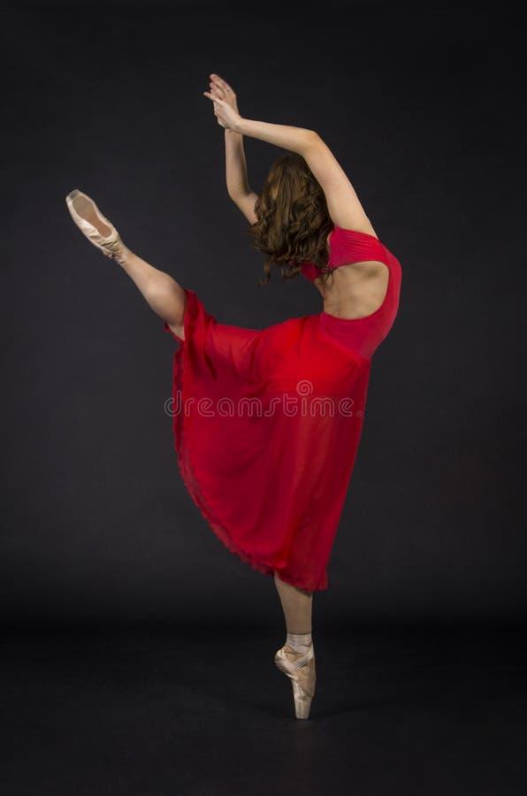 Ένα κορίτσι με μακρυμάλλη, στο κόκκινο, μπαλέτο χορού στοκ εικόνες με δικαίωμα ελεύθερης χρήσης