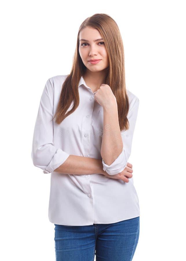 Ένα κορίτσι με ένα μικρό χαμόγελο διατηρεί ένα περιλαίμιο σε ένα απομονωμένο λευκό υπόβαθρο στοκ φωτογραφίες με δικαίωμα ελεύθερης χρήσης