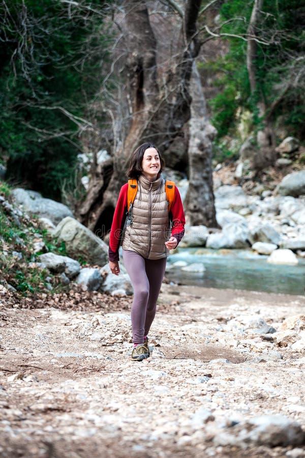 Ένα κορίτσι με ένα σακίδιο πλάτης είναι σε μια πορεία βουνών στοκ εικόνες με δικαίωμα ελεύθερης χρήσης