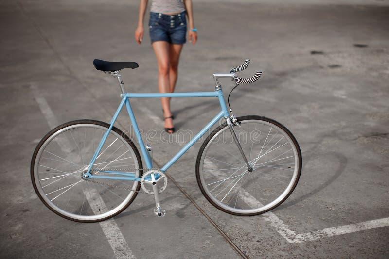 Ένα κορίτσι με το μπλε ποδήλατο στοκ εικόνα