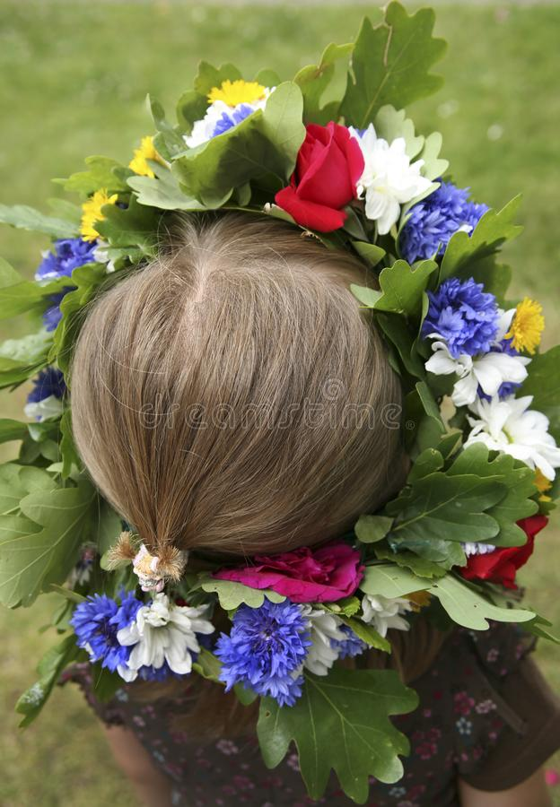 Ένα κορίτσι με το στεφάνι λουλουδιών στοκ φωτογραφίες