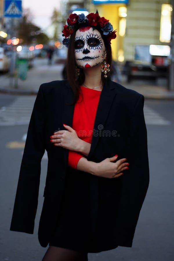 ένα κορίτσι με ένα χρωματισμένο πρόσωπο ενός σκελετού, ένα νεκρό zombie, στην πόλη κατά τη διάρκεια της ημέρας ημέρα όλων των ψυχ στοκ φωτογραφίες με δικαίωμα ελεύθερης χρήσης