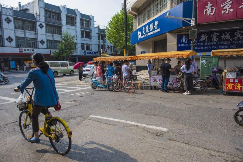 Ένα κορίτσι που οδηγά ένα δημόσιο ποδήλατο μετά από το στάβλο προγευμάτων στοκ εικόνα με δικαίωμα ελεύθερης χρήσης