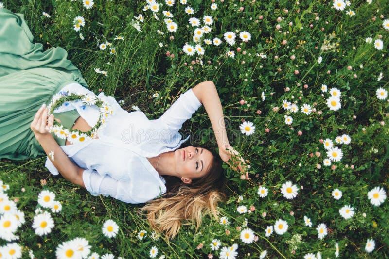 Ένα κορίτσι σε έναν τομέα των chamomiles στοκ εικόνες με δικαίωμα ελεύθερης χρήσης