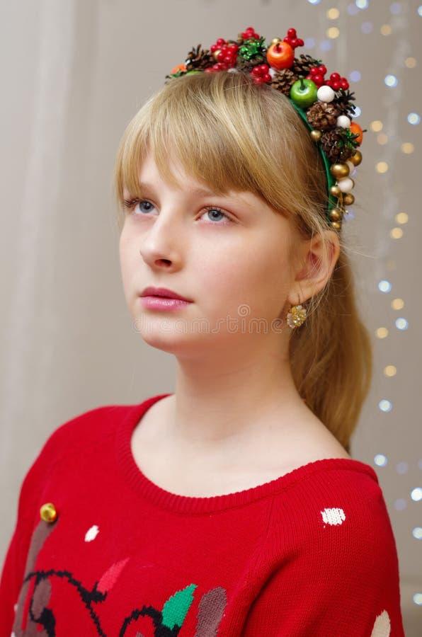 Ένα κορίτσι σε ένα πουλόβερ Χριστουγέννων με diadem χειμερινού ύφους στοκ εικόνες