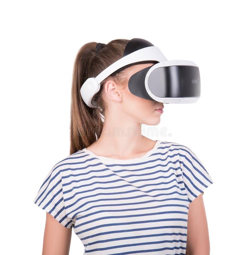 Ένα κορίτσι στα τρισδιάστατα γυαλιά εικονικής πραγματικότητας, που απομονώνεται σε ένα άσπρο υπόβαθρο Η δράση γυναικών στο κράνος στοκ φωτογραφία με δικαίωμα ελεύθερης χρήσης