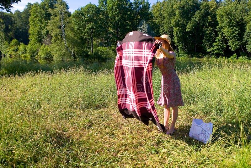 Ένα κορίτσι στη φύση διαδίδει ένα πέπλο στοκ εικόνες με δικαίωμα ελεύθερης χρήσης