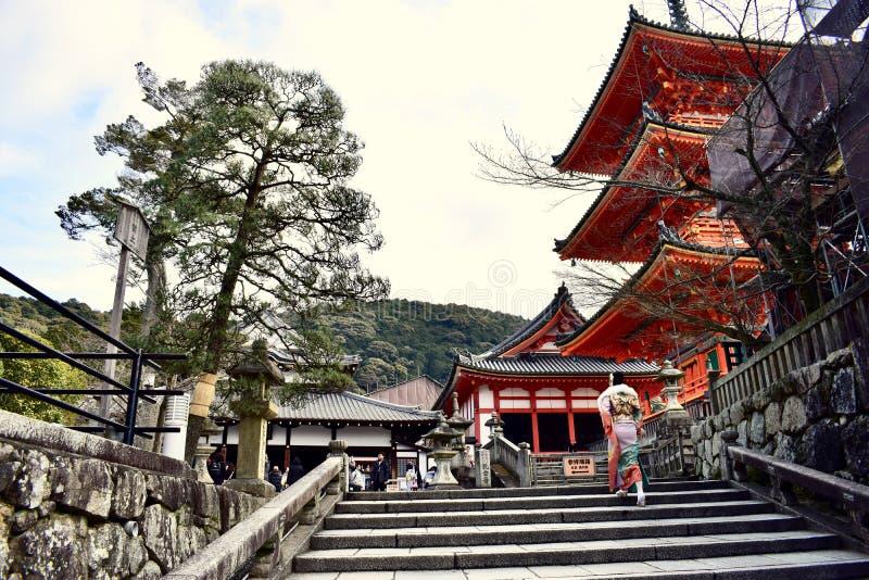 Ένα κορίτσι στο παραδοσιακό κιμονό που περπατά στο ναό kiyomizu-Dera το χειμώνα, Κιότο, Ιαπωνία στοκ φωτογραφίες