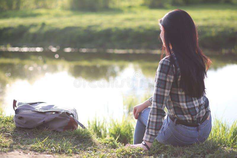 Ένα κορίτσι ταξιδεύει το καλοκαίρι στη χώρα στοκ φωτογραφία με δικαίωμα ελεύθερης χρήσης