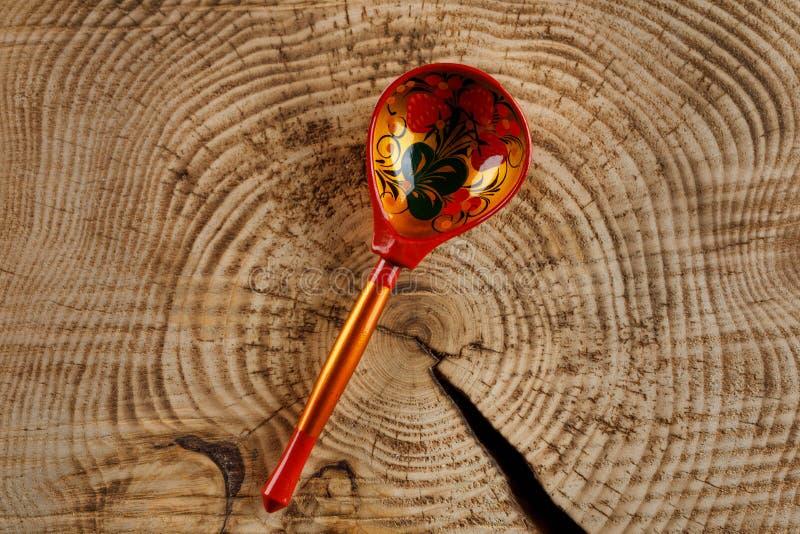 Ένα κουτάλι που χρωματίζεται ξύλινο στο ύφος Khokhloma - μια παραδοσιακή αρχαία ρωσική βιοτεχνία στοκ εικόνες