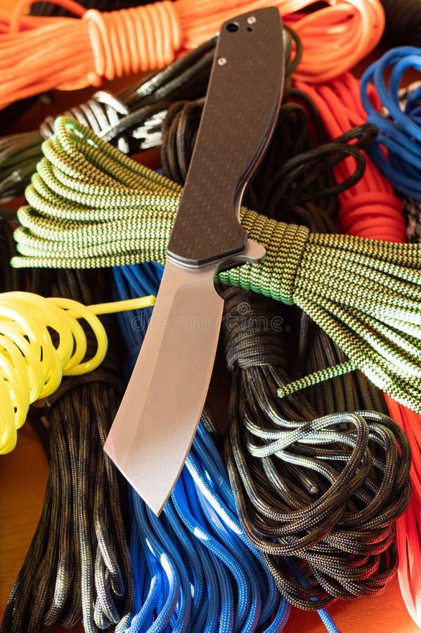 Ένα κοφτερό μαχαίρι και ένα σχοινί Εργαλείο αποκοπής στοκ εικόνα με δικαίωμα ελεύθερης χρήσης