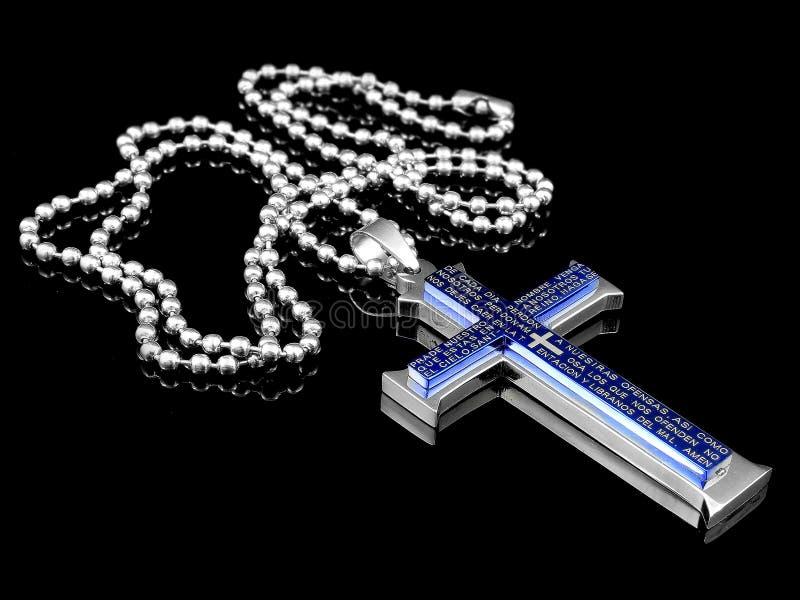 Ένα κρεμαστό κόσμημα χάλυβα ενός σταυρού στο λαιμό - ανοξείδωτο στοκ φωτογραφία με δικαίωμα ελεύθερης χρήσης