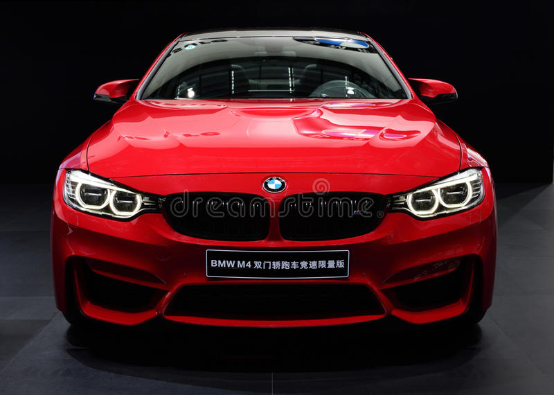 Ένα κόκκινο αυτοκίνητο της BMW M4 στοκ εικόνα