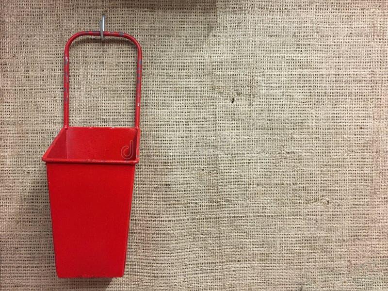 Ένα κόκκινο εμπορευματοκιβώτιο στον τοίχο στοκ εικόνες