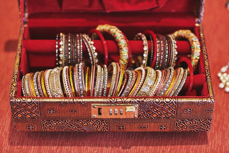 Ένα κόκκινο κιβώτιο με τη συλλογή ακτινοβολεί βραχιόλια ή βραχιόλι για την ινδική νύφη στοκ εικόνες με δικαίωμα ελεύθερης χρήσης