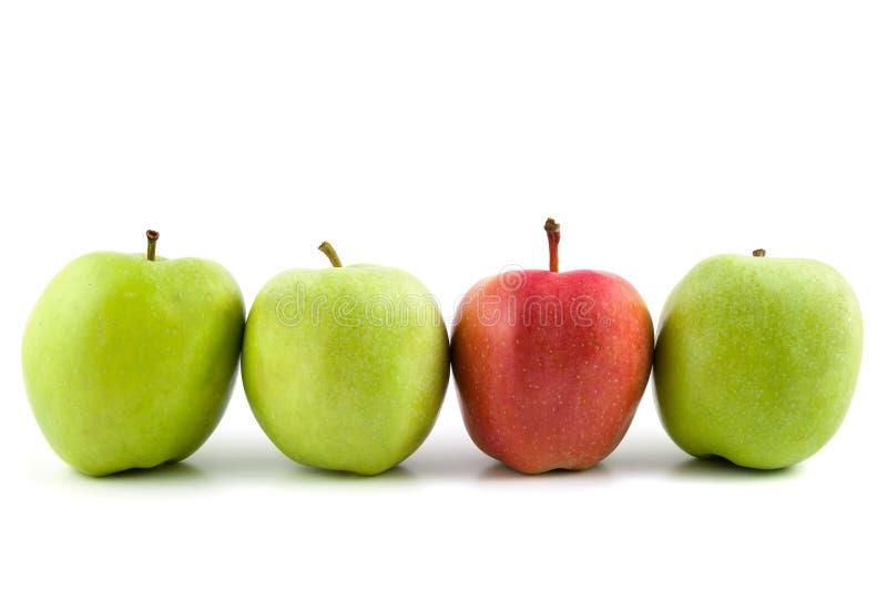 Ένα κόκκινο μήλο μεταξύ των πράσινων μήλων στοκ εικόνα με δικαίωμα ελεύθερης χρήσης