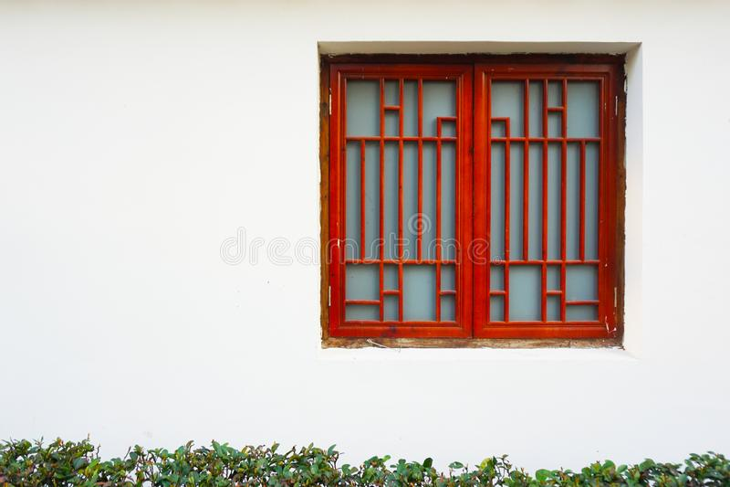 Ένα κόκκινο παράθυρο στο άσπρο κλίμα τοίχων στοκ φωτογραφία με δικαίωμα ελεύθερης χρήσης