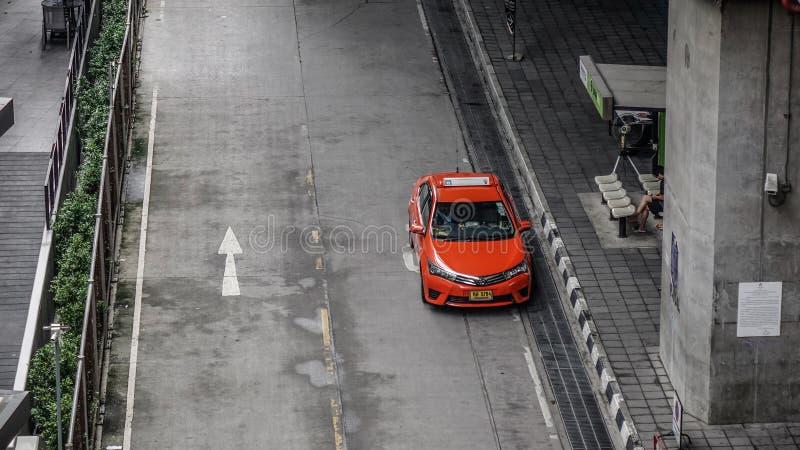 Ένα κόκκινο ταξί στην οδό στη Μπανγκόκ, Ταϊλάνδη στοκ εικόνες με δικαίωμα ελεύθερης χρήσης